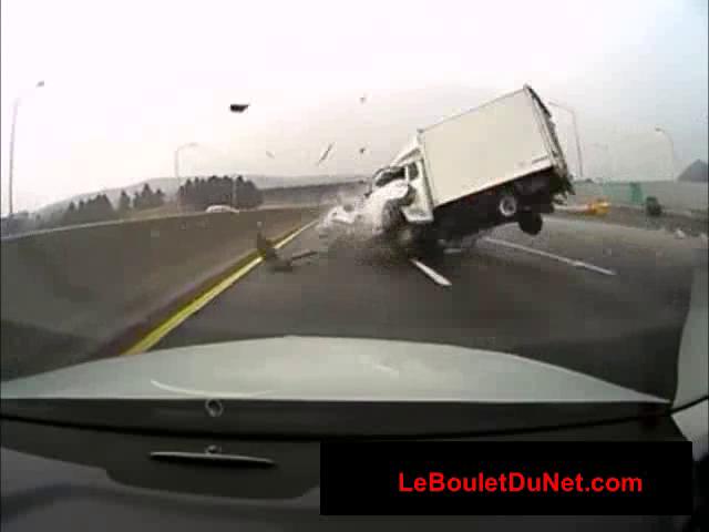 video choc d 39 un accident sur autoroute avec une voiture contre sens. Black Bedroom Furniture Sets. Home Design Ideas